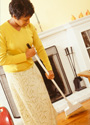 Una mujer barriendo el piso